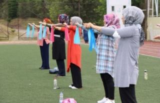 Kocaelili anneler açık havada spor yapıyor