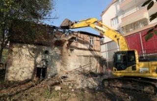 İzmit Belediyesi hasarlı yapıların yıkımını...