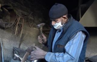 85 yaşındaki Mehmet usta ömrünü demirciliğe...