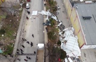 Bursa'da kuvvetli lodos bazı iş yerlerinin çatılarını...