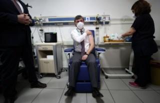 Bursa'da sağlık personeline CoronaVac aşısının...