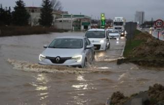 Edirne'de yarıya kadar suya gömülen aracın camında...