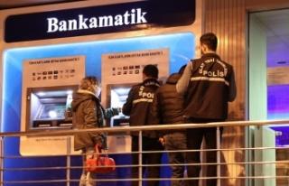Esenler'de ATM'nin kartını yutmasına sinirlenen...