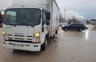 İnegöl'de kamyonla otomobilin çarpıştığı kazada...