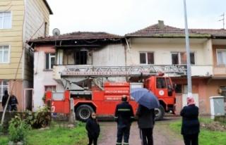 Kocaeli'de 2 katlı evde çıkan yangın söndürüldü