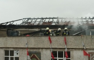 Kocaeli'de bir binanın çatısında çıkan yangın...