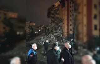 Maltepe'de yıkımı devam eden binadan düşen molozlar...