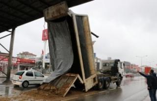 Yalova'da damperi açık kalan kamyon üst geçide...