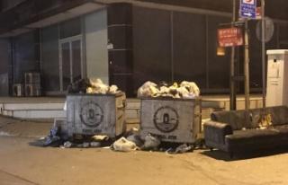 Maltepe'de grev nedeniyle toplanmayan çöpler sokaklarda...