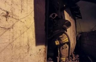 Müstakil evde çıkan yangında 1 kişi dumandan...