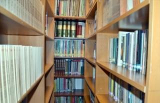 Evinin üst katını kütüphaneye çeviren emekli...