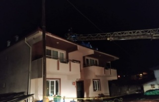 Osmaneli'de bir evin çatısında çıkan yangın...