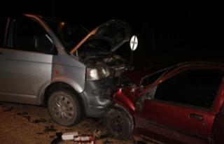Pazaryeri'nde kamyonet ile otomobil çarpıştı:...