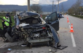 Ticari araç beton direğe çarptı: 4 ağır yaralı