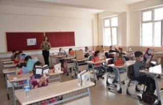 Bursa'dan Şırnak'taki ilkokul öğrencilerine kitap...
