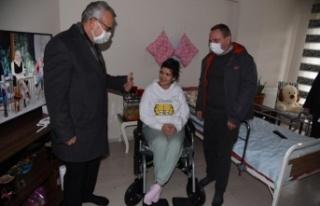 Engelli genç kızın akülü tekerlekli sandalye...