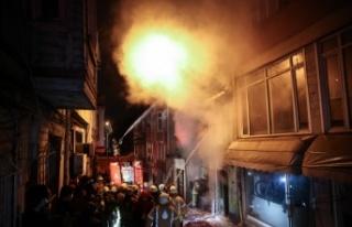 Fatih'te iki katlı ahşap binada çıkan yangın...