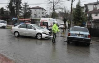 Hendek'te iki otomobil çarpıştı: 2 yaralı