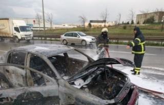 Kocaeli'de seyir halindeki otomobilde çıkan yangın...