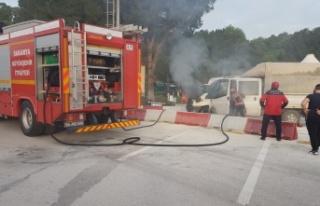 Seyir halindeyken yanan kamyonet kullanılamaz hale...