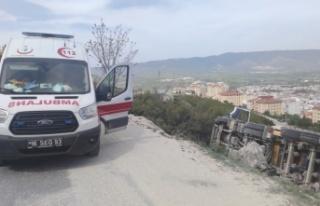 Yol kenarına devrilen tırın sürücüsü yaralandı