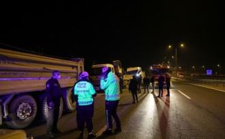 Emniyet şeridindeki oto kurtarıcıya çarpan kamyonun sürücüsü yaralandı