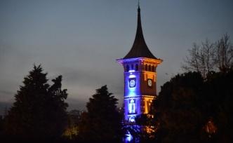 İzmit Belediyesi otizmliler için Saat Kulesi'nde mavi ışık yaktı