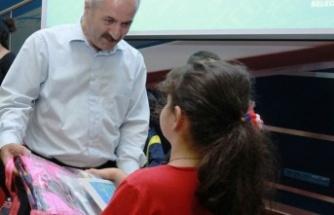 Başkan Büyükgöz'den çocuklara okul hediyesi