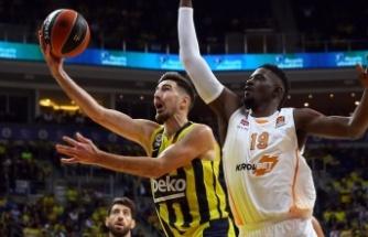 De Colo'nun kariyer gecesi Fenerbahçe'yi ilk galibiyete taşıdı