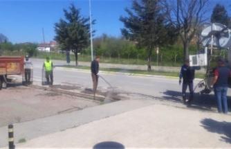 Gölcük Belediyesi yağmur suyu kanallarını temizliyor