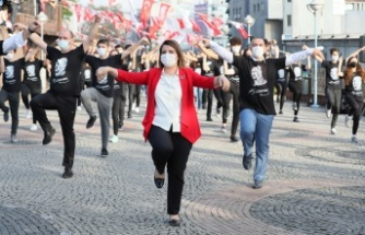 Başkan Hürriyet, bin kişilik dev ekiple Cumhuriyet Bayramı'nda zeybek oynadı