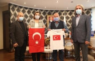 Bayrak hasretiyle yaşayan Güney Türkistan'a İzmit Belediyesinden yardım eli