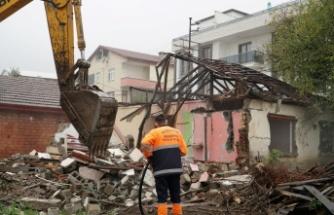 Gölcük'te Orta Hasarlı Binalar Yıkılmaya devam ediyor