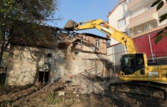 İzmit Belediyesi hasarlı yapıların yıkımını sürdürüyor