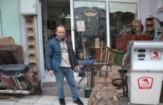 Biga'daki dükkanında sergilediği eski eşyalarla kültür hizmeti veriyor
