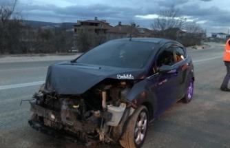 Kar küreme aracına çarpan otomobilin sürücüsü yaralandı