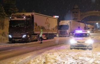 Bursa ve Kütahya'da kar yağışı, şehirler arası ulaşımda aksamalara neden oldu
