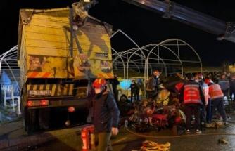 Kamyon iki otomobilin üzerine devrildi: 1 ölü, 1 yaralı