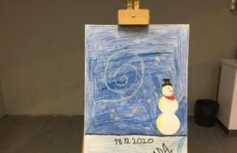 Küçük kız salgın sürecinde yaptığı resimlerden sergi açtı