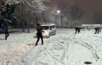 Polislerin kar  topu keyfi