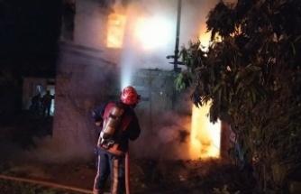Sakarya'da ahşap ev, yangın sonucu kullanılamaz hale geldi