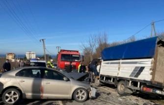 Sakarya'da otomobille çarpışan kamyonette sıkışan sürücüyü itfaiye kurtardı