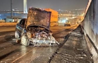 Trafik kazasında alev alan otomobil yandı