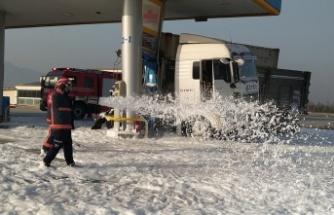 Akaryakıt istasyonuna çarpan tırın sürücüsü yaralandı