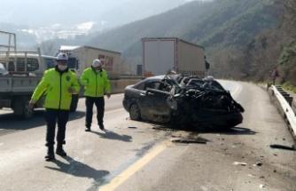 Otomobil yol kenarındaki kayalıklara çarptı: 4 yaralı