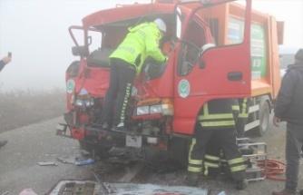 Zincirleme trafik kazasında çöp kamyonundaki 2 işçi yaralandı
