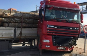 Bursa'da tırla çarpışan hafif ticari araçtaki 2 kişi yaralandı