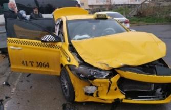 Gebze'de servis minibüsüyle taksi çarpıştı