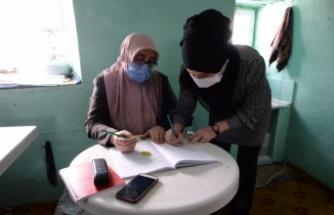 Kadın eğitmen, okuma yazma bilmeyenler için kasalı kamyonetiyle köy köy dolaşıyor