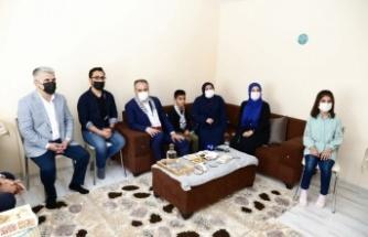Bursa Büyükşehir Belediye Başkanı Aktaş, Bursa'da yaşayan Filistinli aileyi ziyaret etti